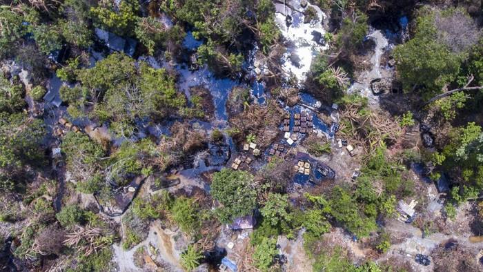 Foto udara aktivitas di sumur minyak ilegal, Desa Pangkalan Bayat, Bayung Lencir, Musi Banyuasin (Muba), Sumatera Selatan, Selasa (27/4/2021). Penambangan minyak ilegal di kawasan tersebut sangat meresahkan dan semakin bertambah dalam kurun dua tahun terakhir. ANTARA FOTO/Nova Wahyudi/rwa.