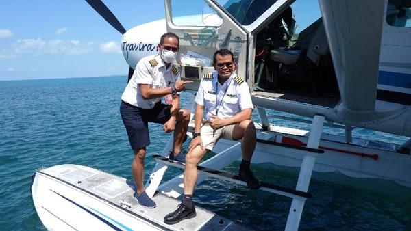 Kepala Pusat Penelitian dan Pengembangan Transportasi Udara, Capt. Novyanto Widadi (kanan) dan pilot pesawat, Captain Yopi Priherda (kiri) usai melakukan ujicoba perjalanan dari Bali menuju Gili Iyang yang bakal jadi lokasi pertama yang dipilih dalam uji operasi ini.