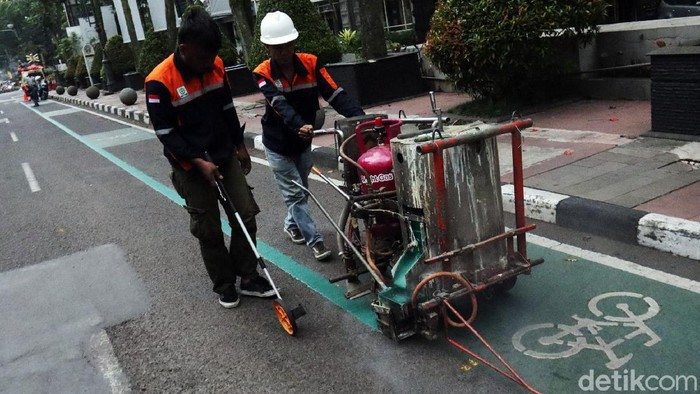 Petugas Dinas Perhubungan (Dishub) Kota Bandung melakukan pengecatan garis jalan khusus sepeda yang ada di Kota Bandung.