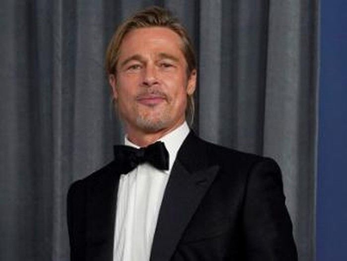 LOS ANGELES, CALIFORNIA - APRIL 25: Brad Pitt poses in the press room at the Oscars on Sunday, April 25, 2021, at Union Station in Los Angeles.   Chris Pizzello-Pool/Getty Images/AFP (Photo by POOL / GETTY IMAGES NORTH AMERICA / Getty Images via AFP)
