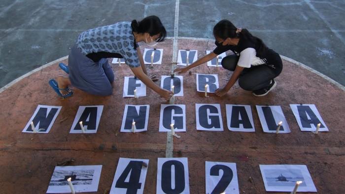 Sejumlah warga menggelar doa bersama untuk KRI Nanggala-402. Mereka mendoakan 53 prajurit Hiu Kencana TNI AL yang gugur dalam tenggelamnya kapal selam itu