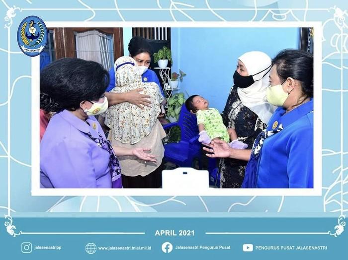 Gubernur Jawa Timur, Khofifah Indar Parawansa menimang anak dari Sersan Satu Elektro Komunikasi Rusdiansyah Rahman, yang bertugas sebagai juru pompa di kapal selam KRI Nanggala-402.