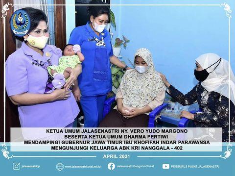 Gubernur Jawa Timur, Khofifah Indar Parawansa bersama dengan Ketua Umum Jalasenastri, Ny. Vero Yudo Margono dan jajarannya. Mengunjugi keluarga awak kapal selam KRI Nanggala-402.