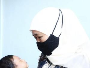 Momen Haru Gubernur Jawa Timur Timang Anak Awak Kapal KRI Nanggala-402