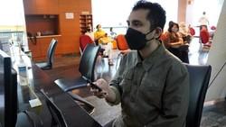 Pengunjung menunjukan Electronic Health Alert Card (eHAC) di Laboratorium Klinik Prodia di Jakarta, yang kini telah terhubung dan bisa melihat hasil COVID-19.