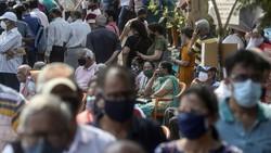 Jumlah kasus harian COVID-19 di India masih tinggi. Warga pun ramai-ramai datangi pusat vaksinasi Corona di Mumbai demi mendapatkan vaksin COVID-19.