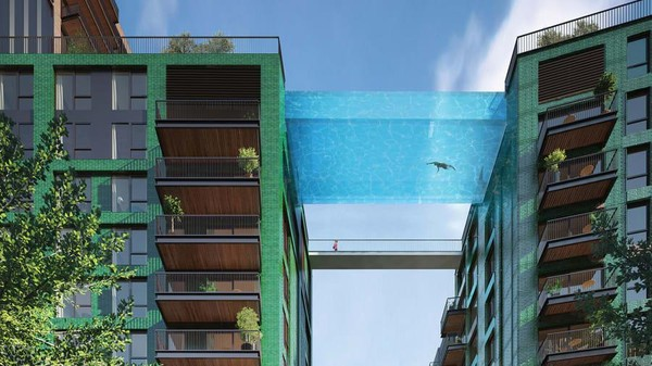 Kolam transparan sepanjang 25 meter terbentang di antara lantai 10 pada dua apartemen. Perenang bisa menikmati cakrawala kota London! (AFP via Getty Images)