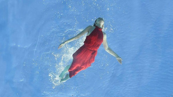 Berenang di sini buat tamu serasa terbang di atas Kota London. (AFP via Getty Images)