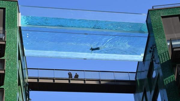 Dinding kolam setebal 200 mm dan bagian dasarnya 300 mm (AFP via Getty Images)