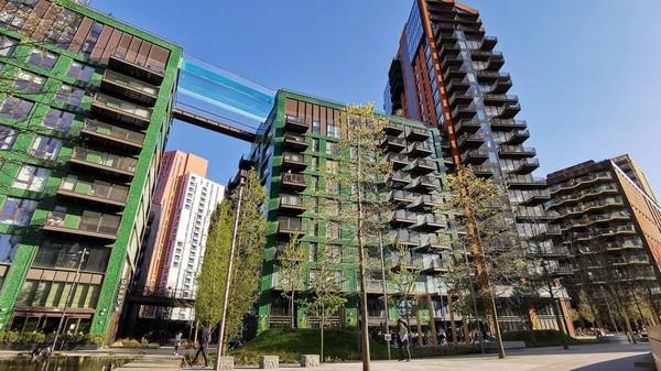 Kolam renang ini hanya untuk penghuni apartemen. Harganya mulai £ 1.015.000 atau Rp 20 miliar untuk dua tempat tidur.(AFP via Getty Images)