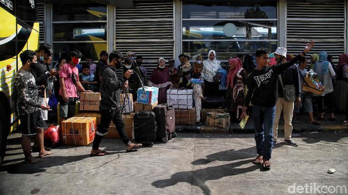 Ratusan penumpang bus bersiap berangkat di kawasan Terminal Bus Tanjung Priok, Jakarta Utara, Selasa (27/4).  Saat ini Terminal Bus Tanjung Priok mulai dipadati penumpang untuk melakukan mudik lebih awal karena larangan mudik diperpanjang oleh pemerintah.