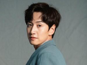 Lee Kwang Soo Ngaku Pernah Oplas, Kegep Netizen di Klinik Bedah Plastik