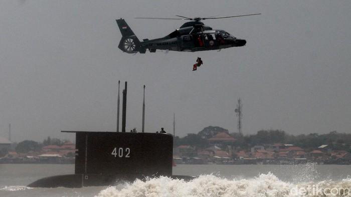 KRI Nanggala-402 dinyatakan tenggelam dan terbelah menjadi 3 di perairan Bali pada kedalaman 838 meter. Yuk lihat lagi aksi-aksi KRI Nanggala-402 sebelum tenggelam.