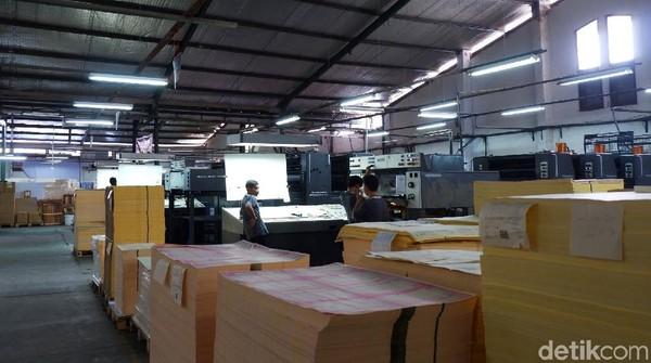 Di bulan Ramadan ini, detikcom berkesempatan berkunjung ke salah satu tempat pembuatan mushaf Al Quran yang ada di Bandung. Tepatnya berlokasi di Jalan Babakan Sari 1 nomor 71 Kiaracondong, Kota Bandung.