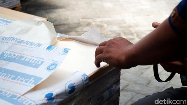 Pembuatan mushaf Al Quran diawali dengan proses secara digital, di mana tata letak, pengisian warna, tanda baca hingga ilustrasi cover menjadi fokus utamanya.Termasuk pemilihan khat yang akan digunakan dalam Al-Quran, umumnya Al Quran menggunakan khat naskhi.