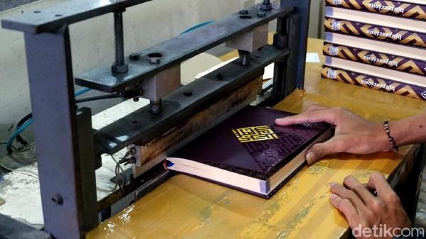 Beralih ke sistem lipatan (katern), pada proses ini memisahkan pecahan ayat Al-Quran per 32 lembar dengan ditandai garis penanda bagian pinggir.