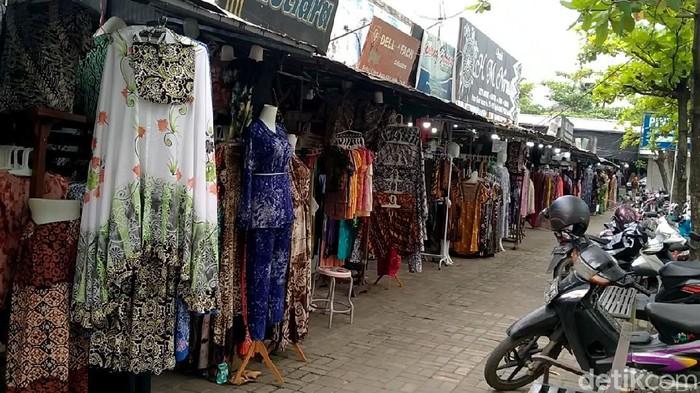 Kedatangan para pemudik untuk berbelanja dinanti para pedagang di Pasar Grosir Batik, Pekalongan. Namun, bagaimana kondisi pasar itu di tengah larangan mudik?