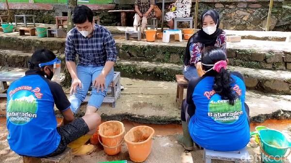 Salah satu wisatawan mengaku rasa pegalnya hilang setelah dipijit. Belerang juga diketahui baik untuk kulit. (Arbi Anugrah/detikcom)