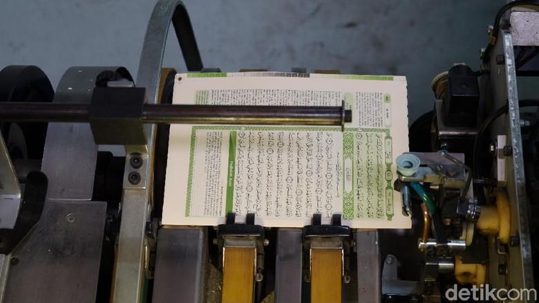 Sebelum mushaf Al Quran tersimpan dan dibungkus rapi di toko-toko buku, ada sekelumit perjalanan dibalik layar pembuatannya. Tak banyak orang mengetahui proses pembuatan kitab suci umat Islam ini.