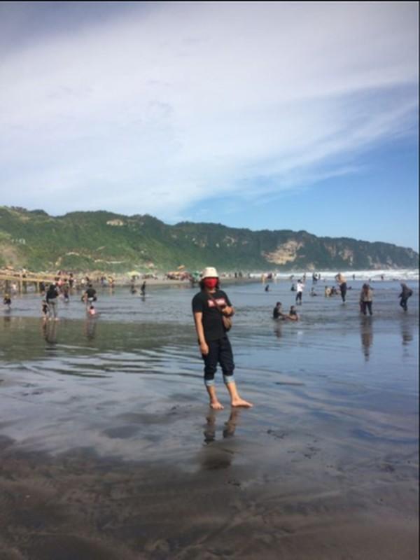 Suasana Pantai Parangtritis dengan angin laut yang segar.