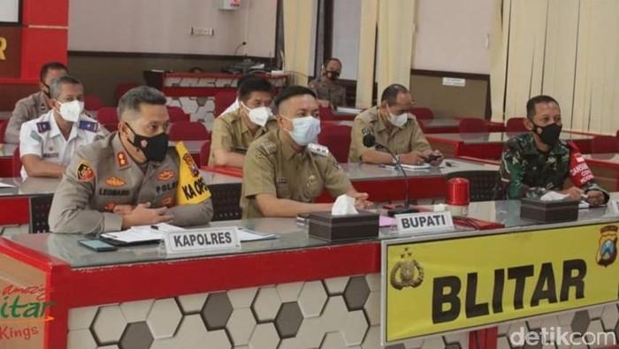 Pekerja Migran Indonesia (PMI) berdatangan ke Kabupaten Blitar. Pemkab Blitar telah menyiapkan dua hotel untuk karantina mereka selama tiga hari.