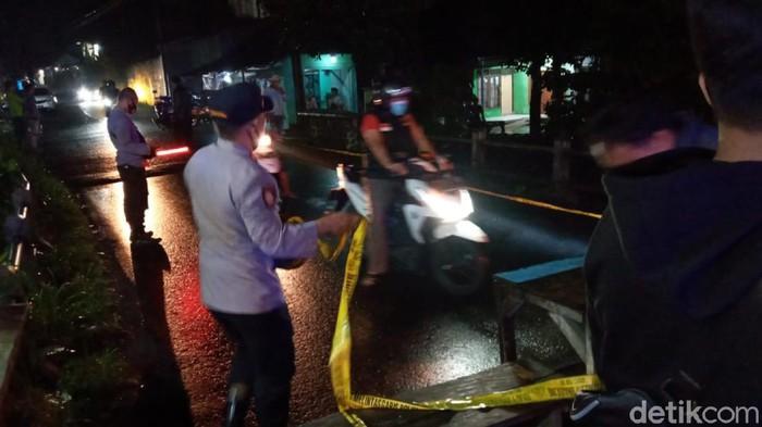 Petugas gabungan memasang garis polisi di jembatan yang rusak di Sukabumi, Jawa Barat (Dok BPBD Kabupaten Sukabumi)