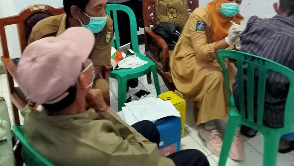 Antisipasi Penolakan, Vaksinasi Lansia di Empang Sumbawa Dijaga Polisi