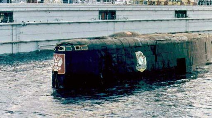 The conning tower of the Kursk nuclear submarine appears at the surface in the port of Roslyakovo, near Murmansk, 23 October 2001. The Kursk nuclear submarine surfaced for the first time 23 October 2001 after a number of still-unexplained explosions sank the vessel with 118 men on board in August 2000.    AFP PHOTO        EPA POOL/STRINGER/jt/mda (Photo by POOL / AFP)