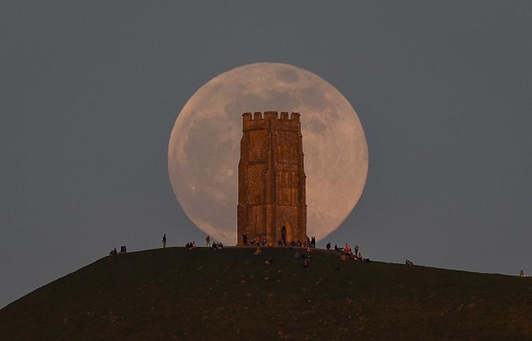 Fenomena Supermoon menghiasi langit berbagai negara dunia. Indahnya pemandangan bulan purnama besar itu diabadikan dalam jepretan kamera. Berikut Potretnya.