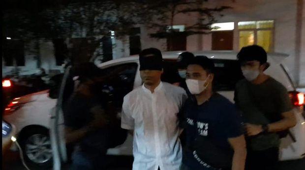 Tiba di Polda Metro Munarman Ditutup Matanya