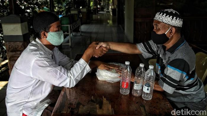 Zakat fitrah jadi kewajiban yang harus ditunaikan umat Islam jelang Lebaran. Di Koja, Jakut, warga dapat bayar zakat dengan tukarkan sampah plastik. Kok bisa?