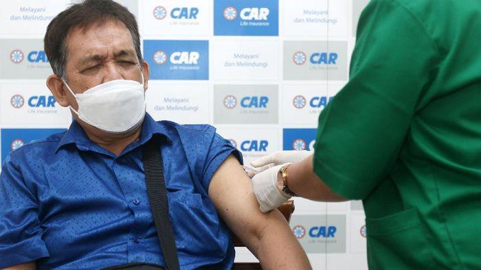 Vaksinasi untuk Lansia terus dilakukan di Jakarta. Kali ini vaksinasi dilakukan CAR Life Insurance bersama Otoritas Jasa Keuangan (OJK).