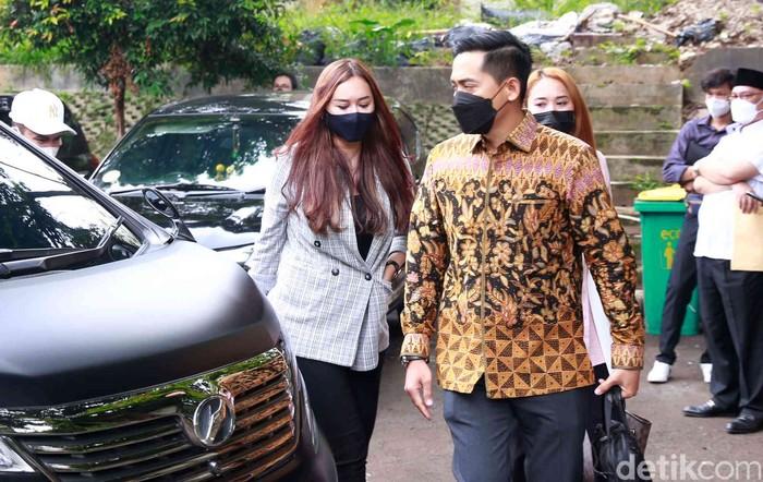 Aura Kasih hadir dalam sidang putusan cerai di Pengadilan Agama Jakarta Selatan, Rabu (28/04/2021).