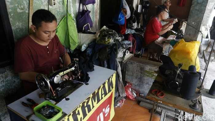 Meski di masa pandemi Corona, order permak pakaian di bulan suci Ramadhan saat ini masih diburu warga. Seperti ramainya orderan penjahit permak di Jalan Letda Natsir, Kabupaten Bogor, Rabu (28/04/2021).
