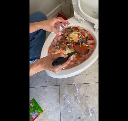 bikin es campur di dalam wc