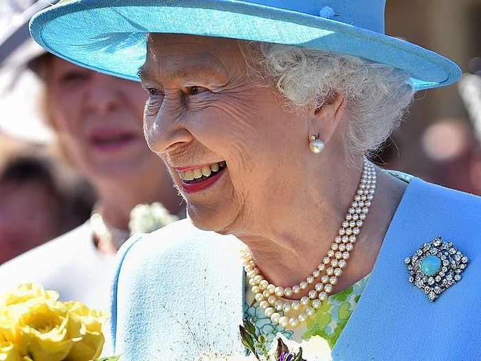 MATLOCK, ENGLAND - JULY 10:  Queen Elizabeth II smiles on her arrival at Matlock Station on July 10, 2014 in Matlock, England. (Photo by Joe Giddens - WPA Pool/Getty Images)