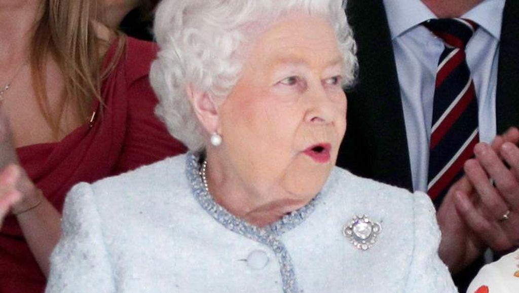 Momen Ratu Elizabeth Potong Kue Pakai Pedang