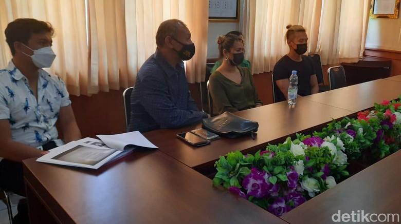 Bule di Bali ngeprank lukis masker diperiksa Satpol PP.