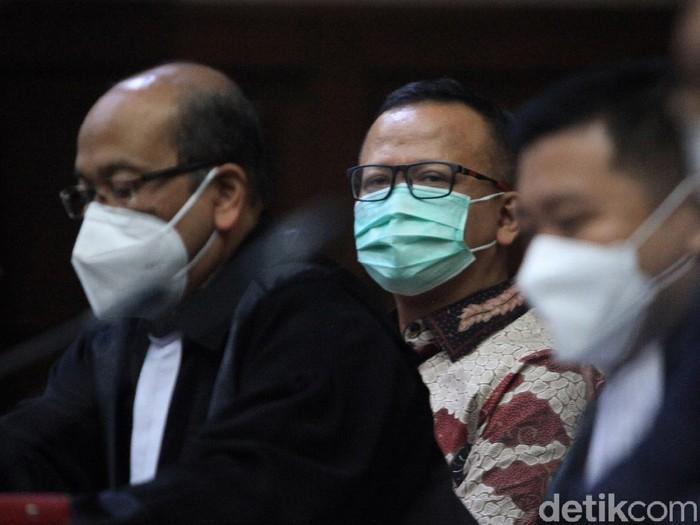 Mantan Menteri Kelautan dan Perikanan Edhy Prabowo hadir langsung di ruang sidang Pengadilan Tipikor Jakarta. Hari ini, untuk pertama kali Edhy Prabowo hadir langsung di ruang sidang terkait kasus ekspor benur.