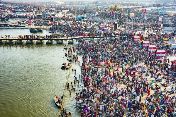 Mereka beramai-ramai datang ziarah dan mandi di Sungai Gangga. (iStock)
