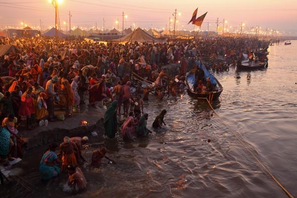 Kasus Corona melonjak tajam setelah warga India melakukan ritual Kumbh Mela. Ini merupakan ritual agama Hindu berupa mandi massal di tepi Sungai Gangga . (iStock)