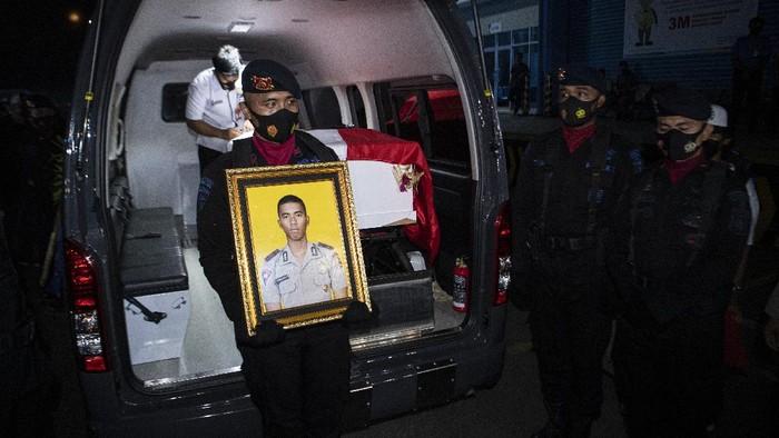Personel Brimob Polda Sumatera Selatan mengusung peti jenazah personel Batalyon C Res III Pas Pelopor Korbrimob Polri Bharada I Komang Wira Natha saat tiba di terminal kargo Bandara Internasional Sultan Mahmud Badaruddin (SMB) II Palembang, Sumatera Selatan, Rabu (28/4/2021). Anggota Satgas Nemangkawi Bharada I Komang Wira Natha tersebut gugur akibat tertembak oleh Kelompok Separatis dan Teroris (KST) Papua di Kampung Makki, Distrik Ilaga Utara, Kabupaten Puncak, Papua pada Selasa (27/4) lalu. ANTARA FOTO/Nova Wahyudi/aww.