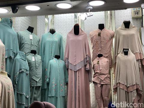 Koleksi busana sarimbit keluarga di Pasar Tanah Abang, Jakarta Pusat.
