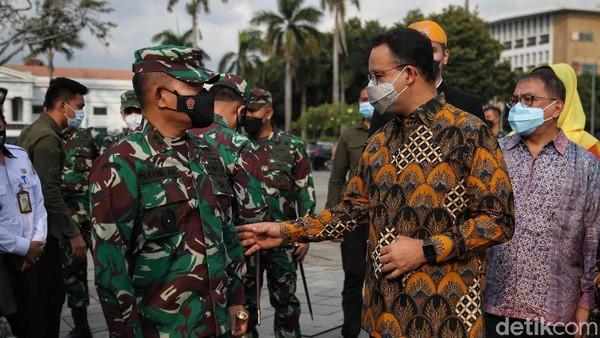 Erick mengatakan bahwa kebetulan PT Pelindo I-IV sedang memperbaiki fasilitas yang dikelola oleh BUMN pelabuhan tersebut, salah satunya adalah Sunda Kelapa.