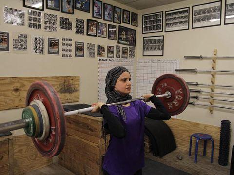 anita berhijab pertama Kulsoom Abdullah sebagai atlet angkat besi.