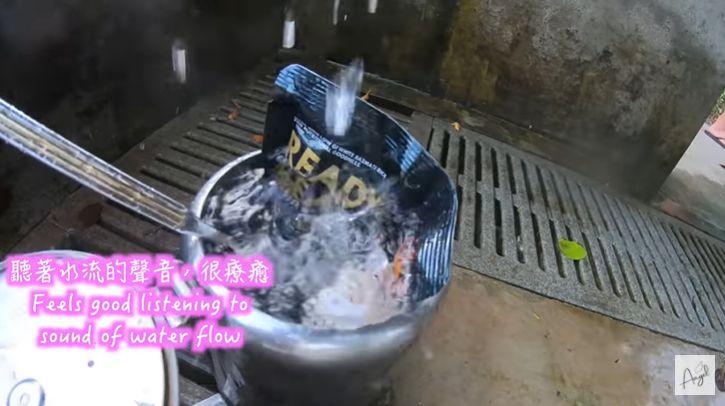 masak ayam langsung di pemandian air panas