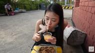 Masak Ayam Langsung di Pemandian Air Panas, Wanita Ini Dikritik Netizen