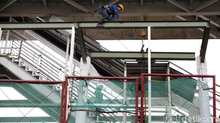Pembangunan skybridge untuk integrasi halte TransJakarta CSW dengan Stasiun MRT ASEAN terus dikebut. Proyek tersebut ditargetkan selesai pada Mei 2021.