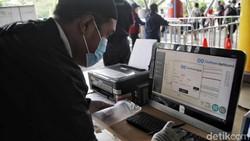 Penumpang melakukan tes GeNose untuk keberangkatan Kapal Pelni Dobonsolo di Tanjung Priok. Pemeriksaan itu merupakan syarat untuk melakukan perjalanan mudik.