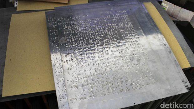 Mesin pencetak Alquran braille tertua di Indonesia, masih tersimpan rapi di Yayasan Penyantun Wyata Guna (YPWG) Kota Bandung. Mesin yang dipergunakan sejak tahun 1952 itu telah berpuluh-puluh tahun mencetak Alquran untuk memenuhi kebutuhan rohani teman-teman tuna netra.